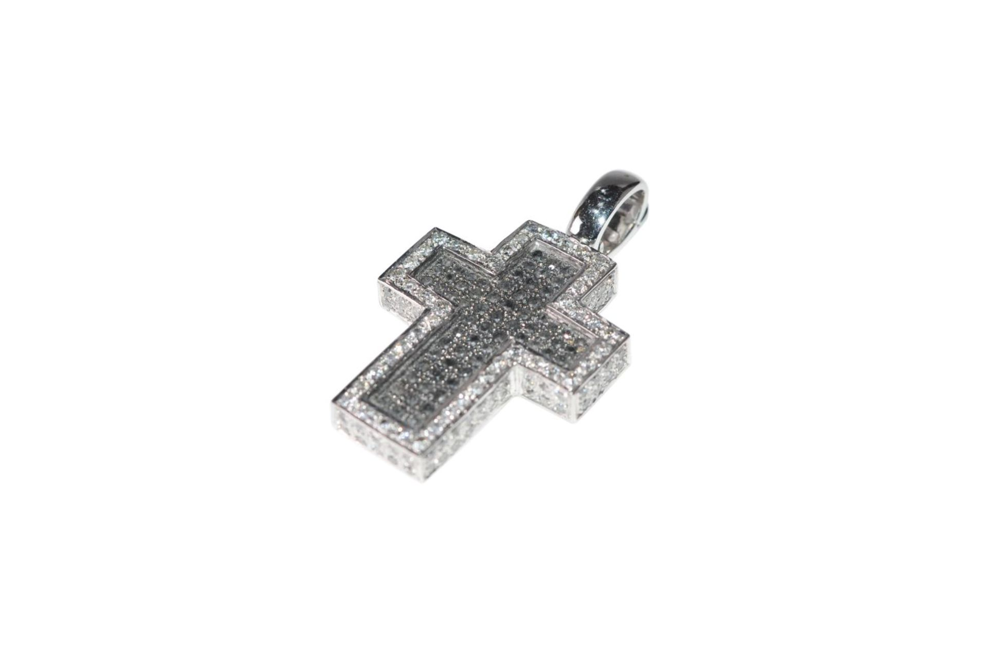 Los 114 - Brilliant cross pendant18Kt white gold cross pendant with white and black diamonds total carat
