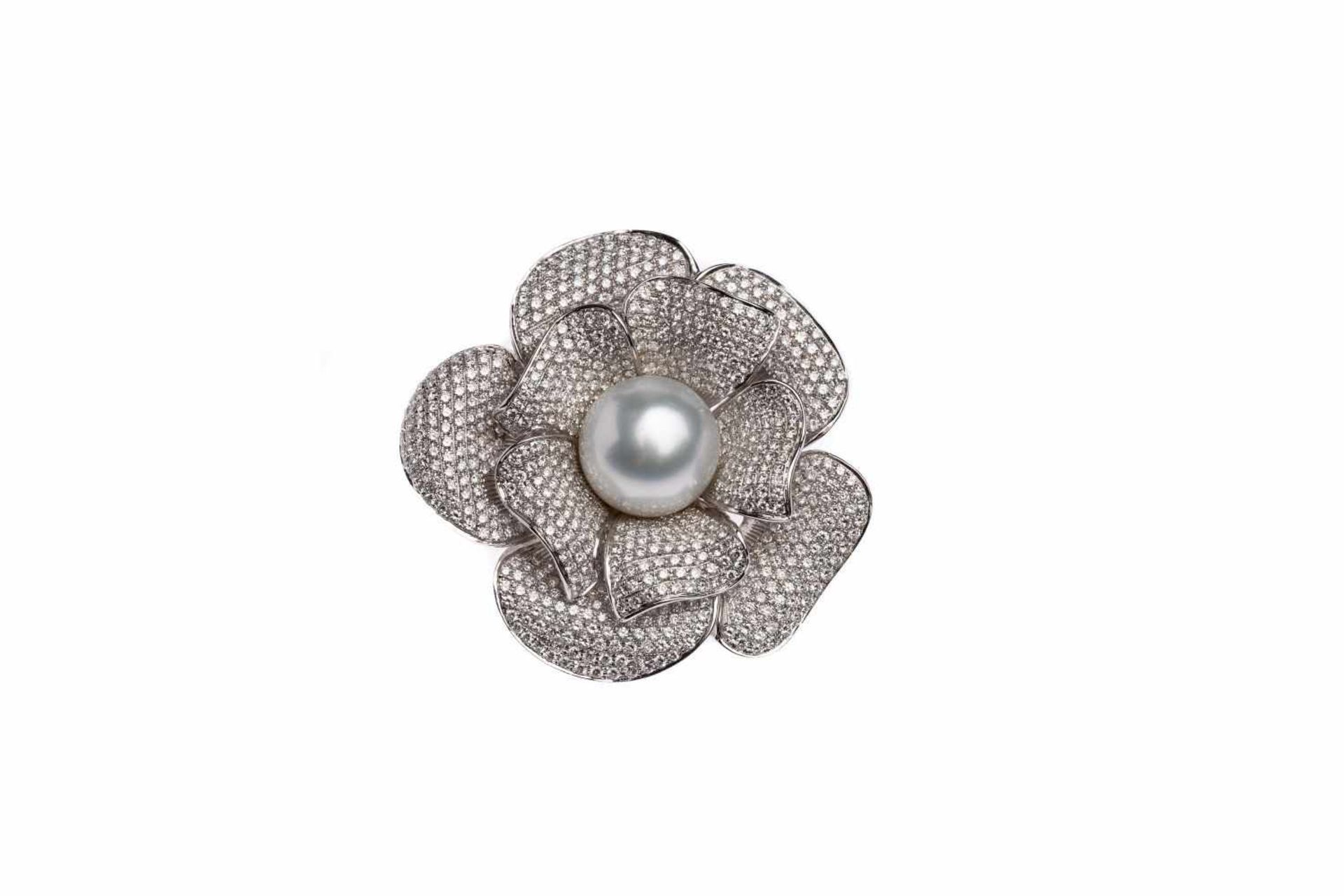 Los 125 - Flowers brooch18k white gold Brooch/pendant with diamonds total carat weight approx. 3.76 ct, and