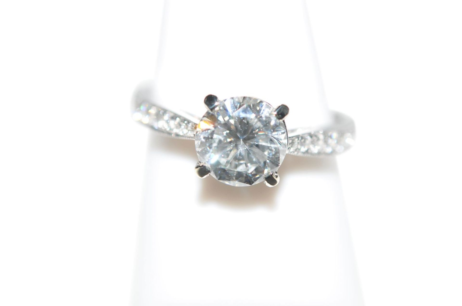 Los 117 - Brilliant solitaire, 1.25ct18kt white gold ring with a diamond approx. 1.25 ct, and brilliants total