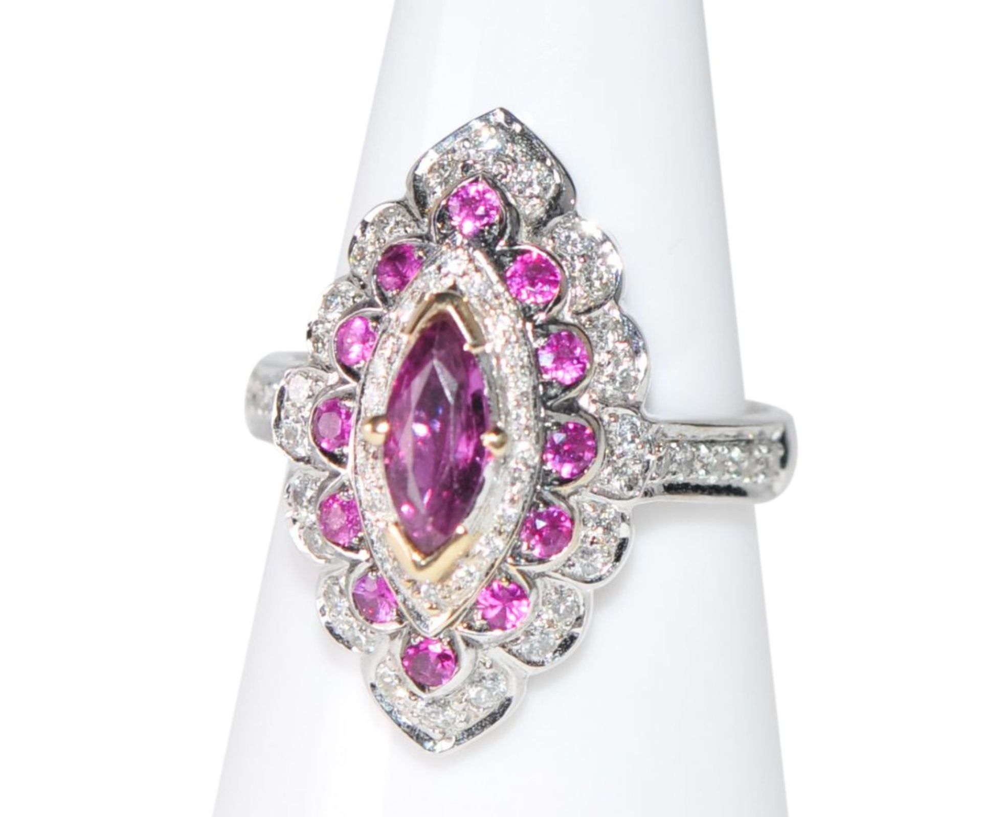 Los 108 - Brilliant ring with ruby18Kt white gold ring with diamonds total carat weight approx. 0.54ct,