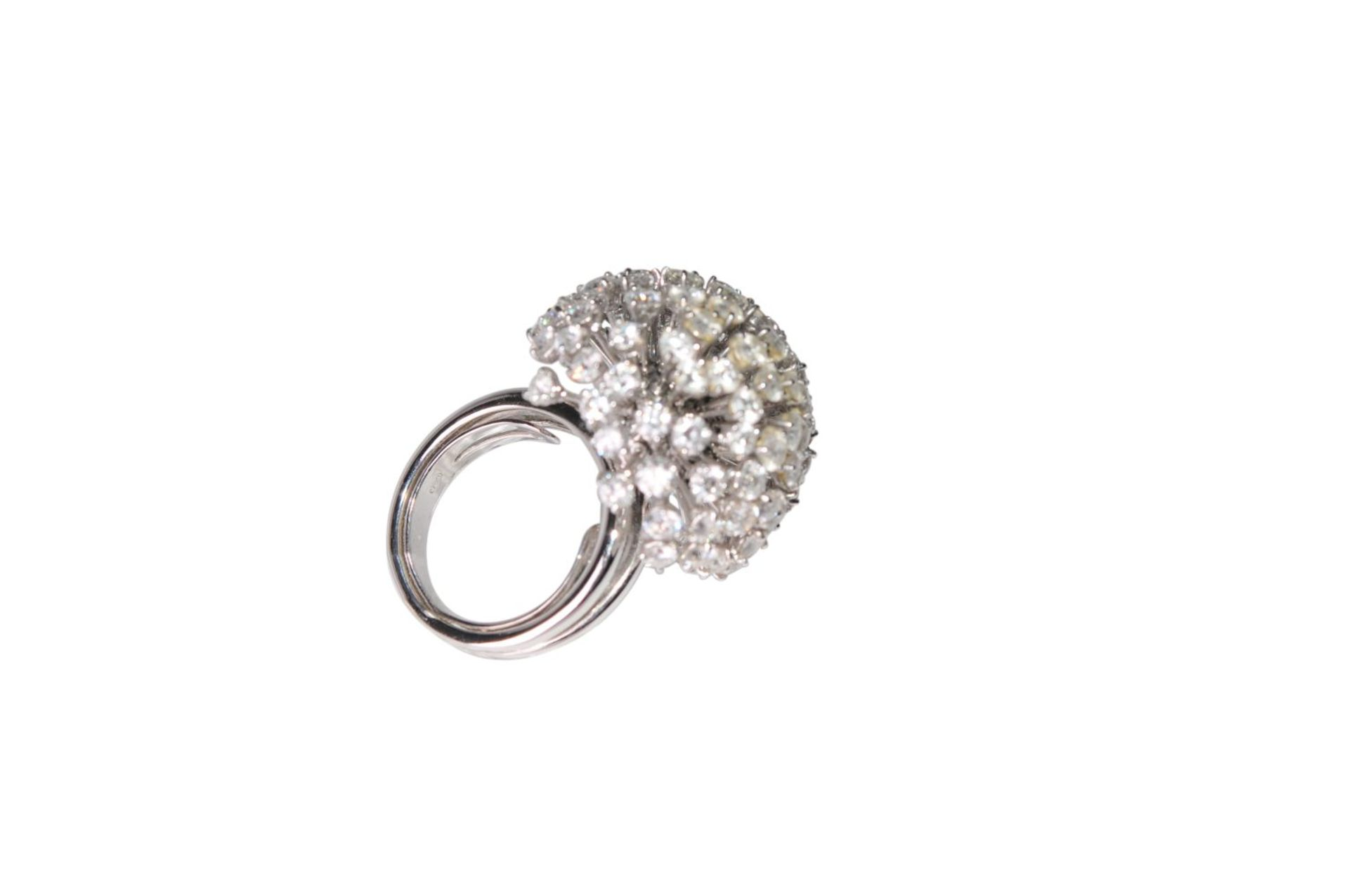 Los 122 - Brilliant ring18kt white gold ring with brilliants total carat weight approx. 6ct, total weight 24.