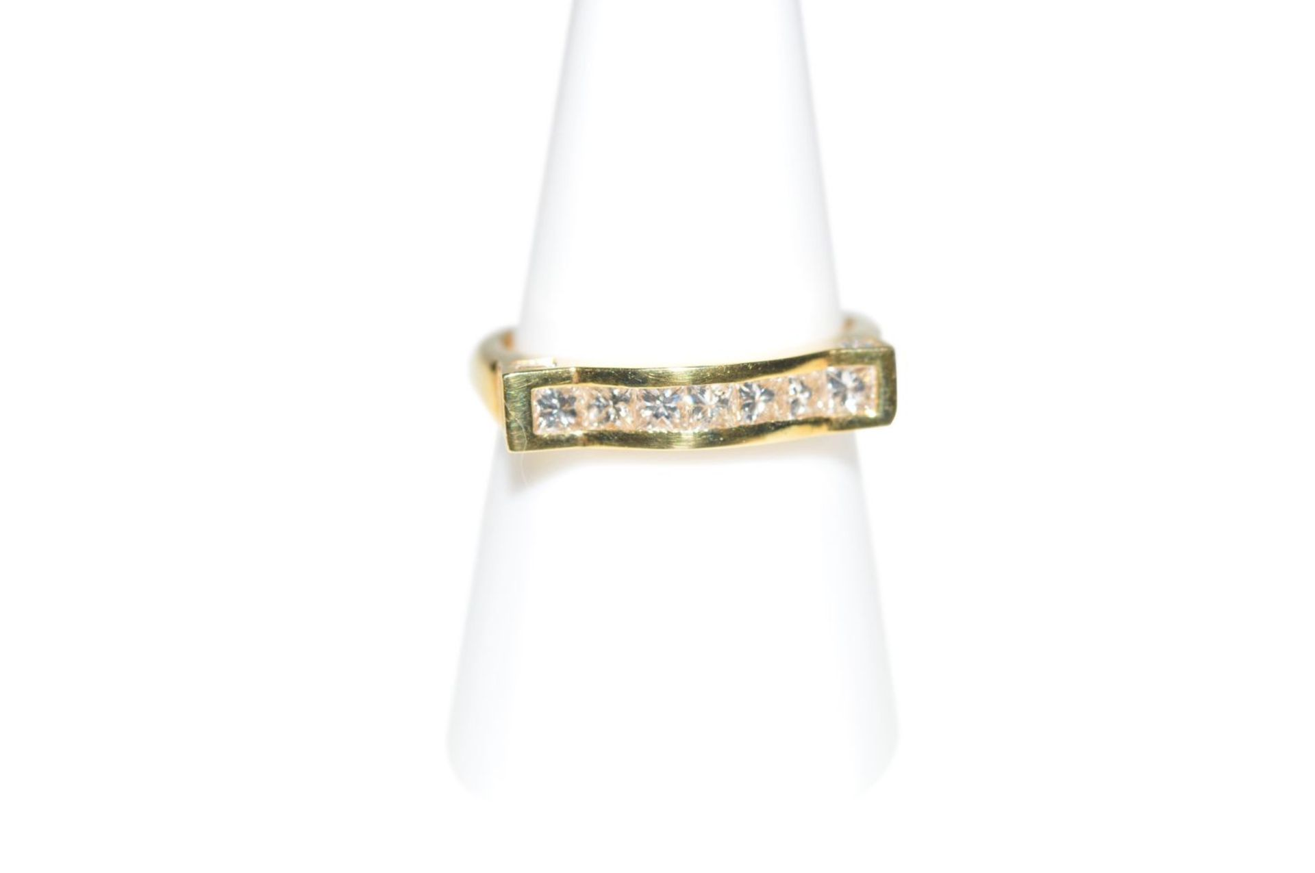 Los 91 - Diamond ring18Kt gold ring with Carree cut diamonds total carat weight approx. 0.97ct, total
