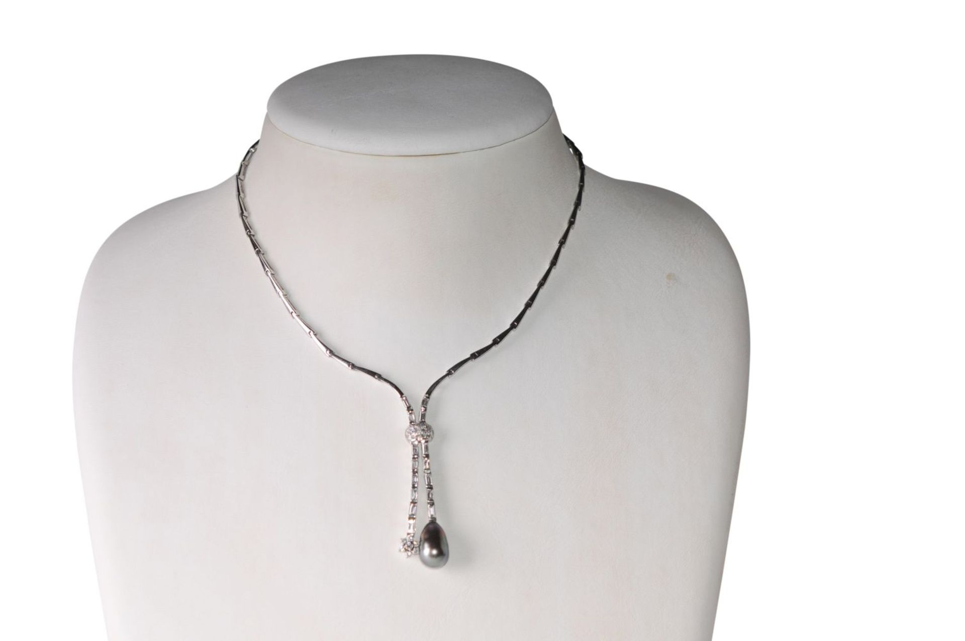Los 112 - Diamond necklace18Kt white gold necklace with brillants and diamonds total carat weight approx. 1.