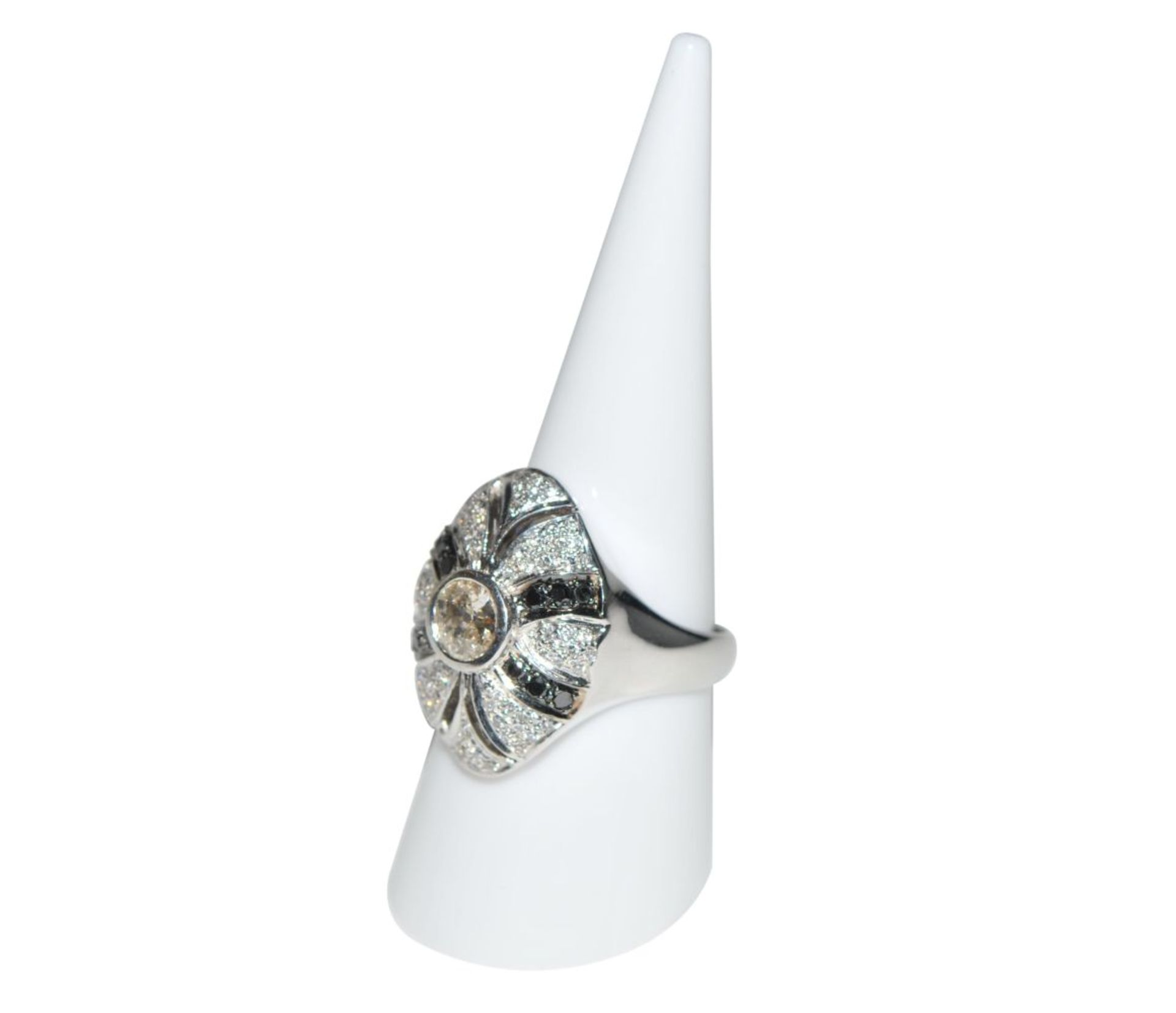 Los 97 - Diamond ring18Kt white gold ring with an old cut diamond, approx. 0.46ct, diamonds, approx. 0.38ct