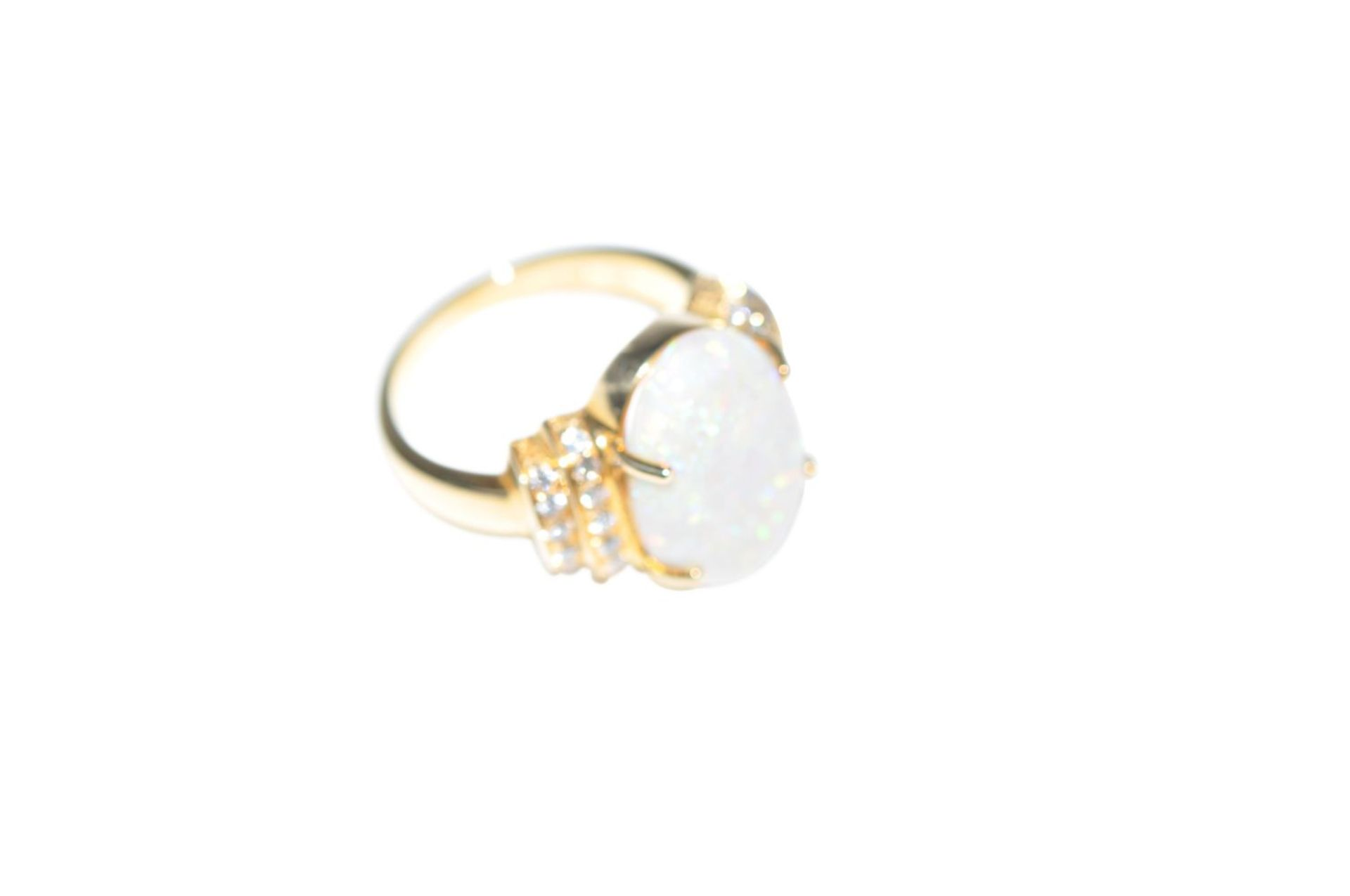 Los 90 - Brilliant ring with opal18Kt gold ring with diamonds total carat weight approx. 0.28ct and an