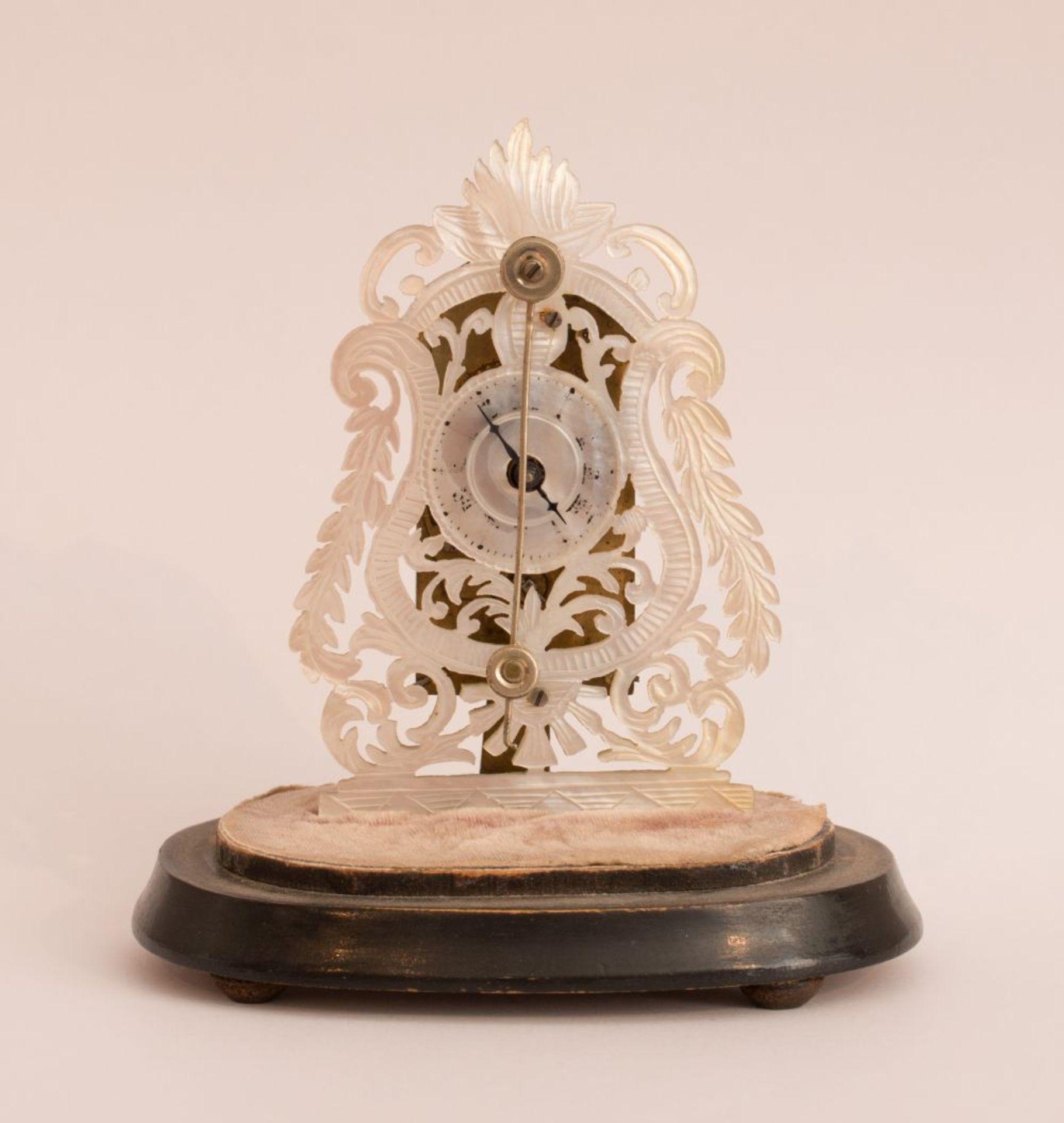 Los 67 - Zappler Mother of PearlFidget Clockaround 1830 H 8 cm x W 8.5 x 3 cm Glass lintel 12 cm Mother of