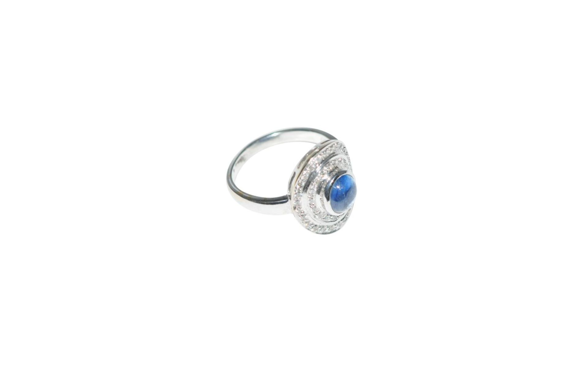 Los 99 - Brilliant ring with sapphire18Kt white gold ring with diamonds total carat weight approx. 0.8ct