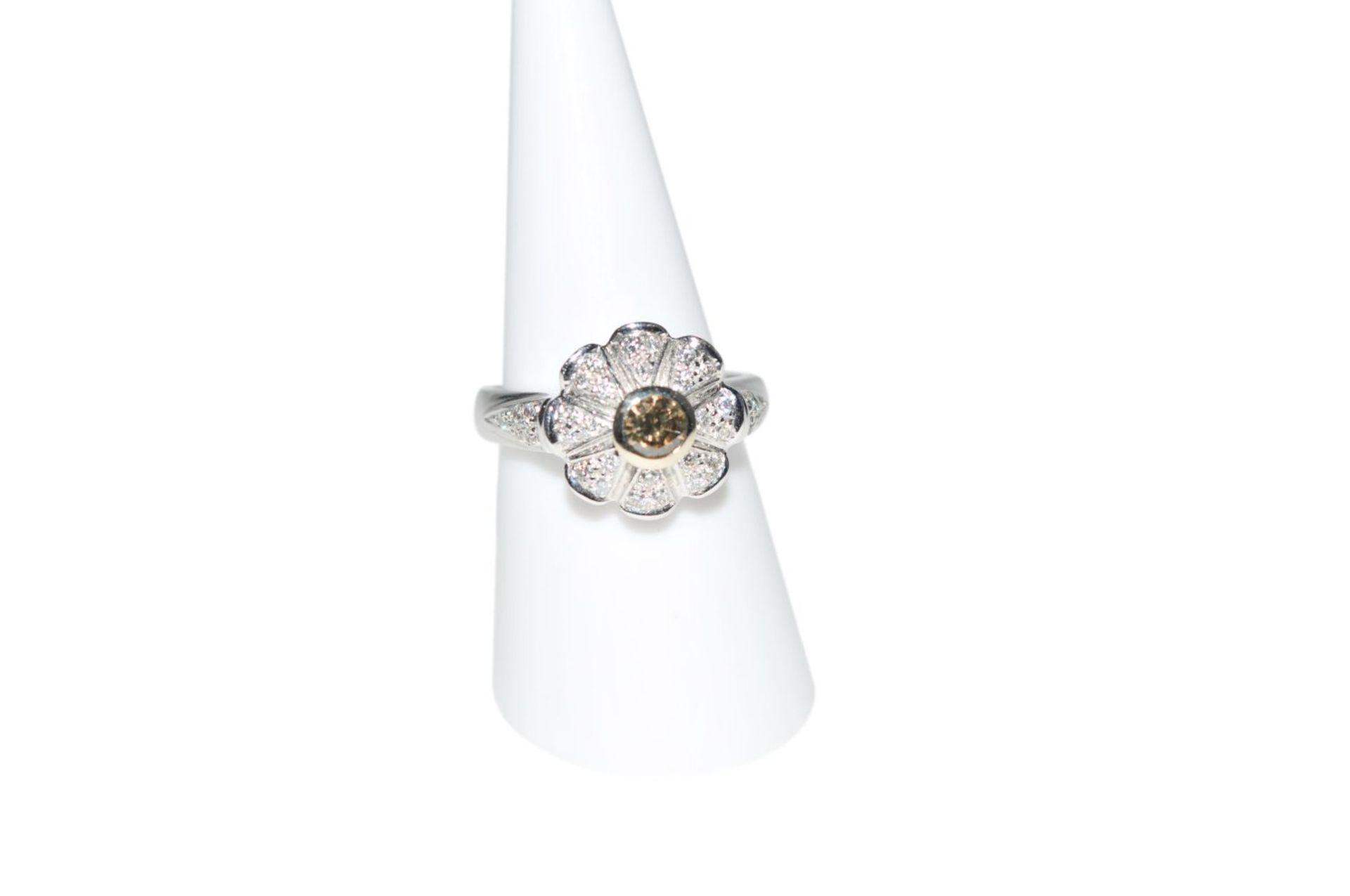 Los 92 - Diamond ring18Kt white gold ring with diamonds total carat weight approx. 0.64ct, total weight 7.