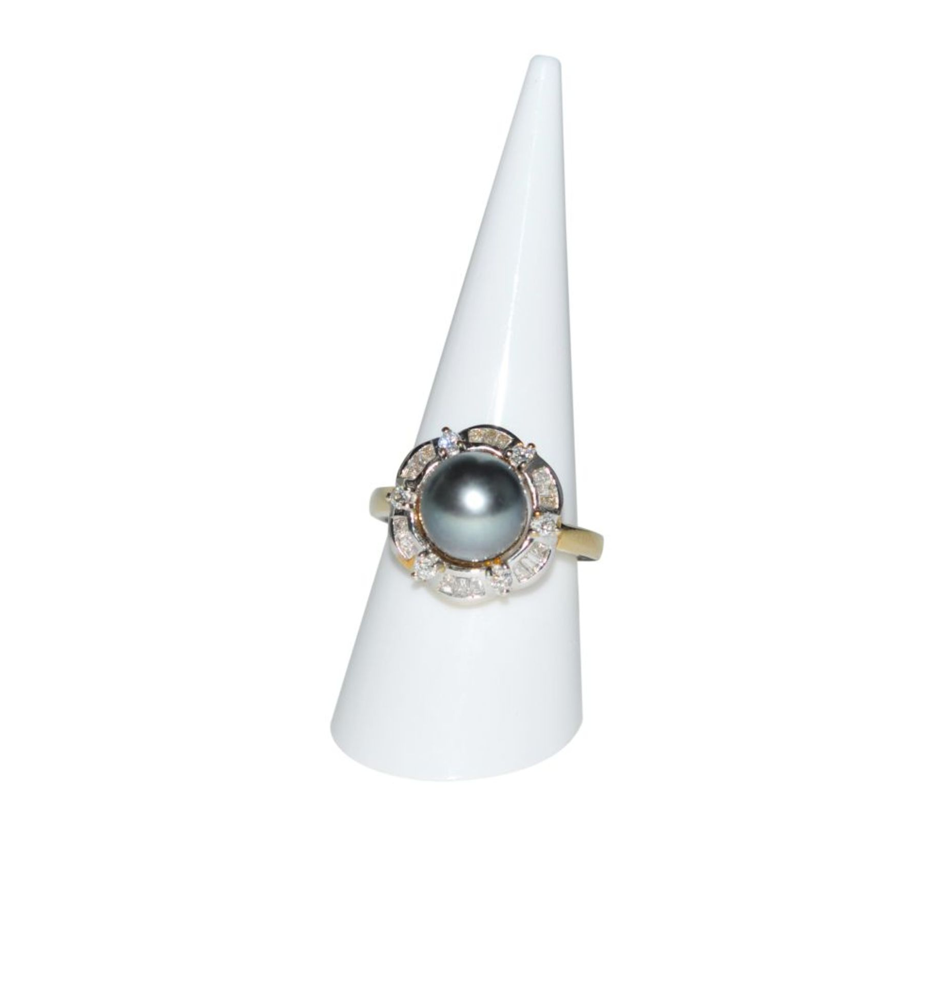 Los 104 - Brilliant ring with South Sea pearl18Kt gold ring with diamonds total carat weight approx. 0.7ct and