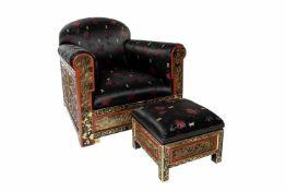 Chinesischer Sessel mit FußschemelChinesischer Sessel mit Fußschemel, Aufwendige Schnitzerei und