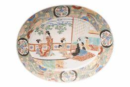 Japanischer Porzellan Teller Großer ovaler Japanischer Porzellan Teller. Im Spiegel ein Japaner