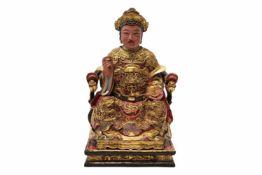 Eine polycrom lackierte und vergoldete Holzfigur von Guandi, China. Diese Holzfigur mit