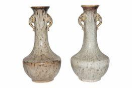 FayencenZwei bauchige Vasen mit Henkel an jeder Seite, glasiert mit schöner Maserung. Provenienz: