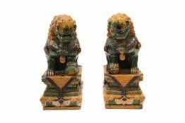 Wächterlöwen (Fo-Löwe) auf Sockel2 Wächterlöwen aus Keramik - Porzellan farbig staffiert.