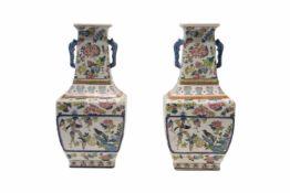2 Famille rose Vasen mit HenkelnPorzellan, Famille Rose Vasen unten viereckige Form nach oben schmal