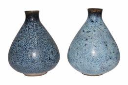 FayencenZwei kleine bauchige Vasen, blauglasiertes Steinzeug mit schöner Maserung. Provenienz: Aus