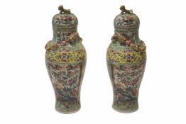 2 Vasen mit DeckelBalustervase Porzellan. Aufgewölbter Deckel, Knauf in Form eines sitzenden