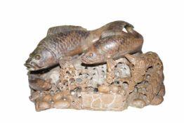 2 Fische 2 Fische auf Schwamm ähnlichen Sockel, Speckstein, naturalistisch ausgeformt. Provenienz: