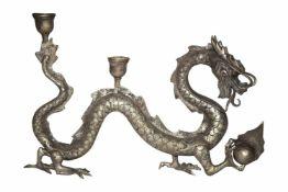 Kerzenständer in Darstellung eines DrachenDarstellung eines gewundenen Drachens, mit den vorderen