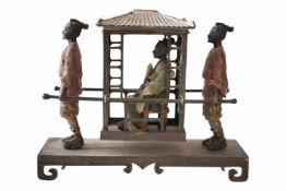 Sänfte mit 2 Trägern auf rechteckigem Sockel. Höher gestellte Dame in einer Sänfte mit Silberdach