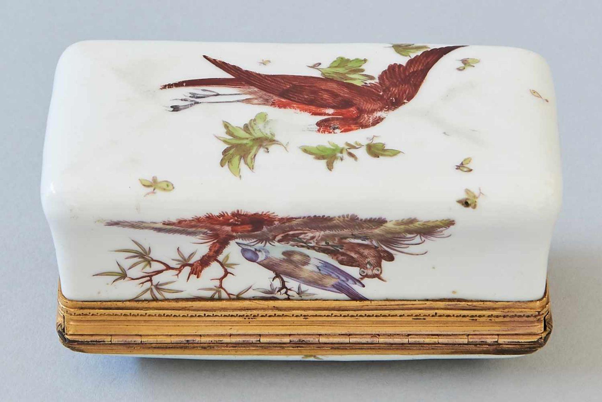 Los 36 - PorzellandoseMit Vogelmalerei und vergoldetem Messingrand, innen ebenfalls bemalt, wohl 18./19.
