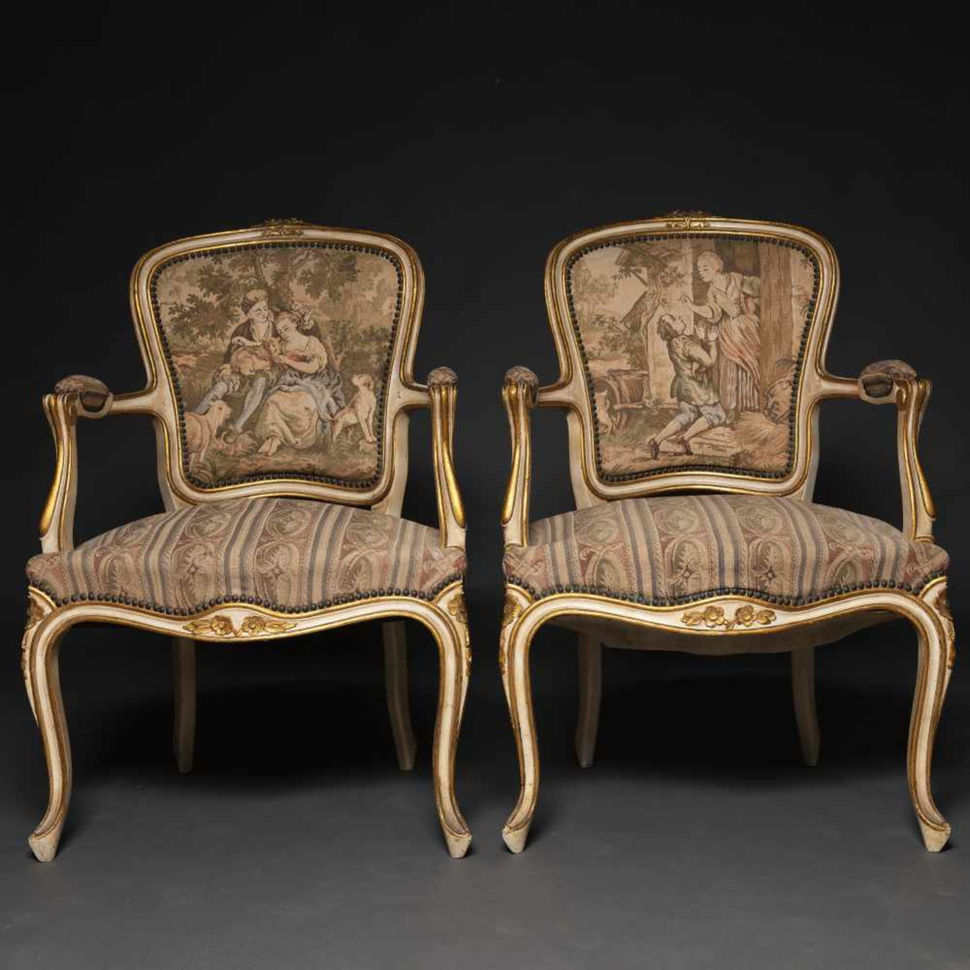 Los 163 - Conjunto de canapé y pareja de butacas estilo Luís XV en madera lacados en blanco. Trabajo...