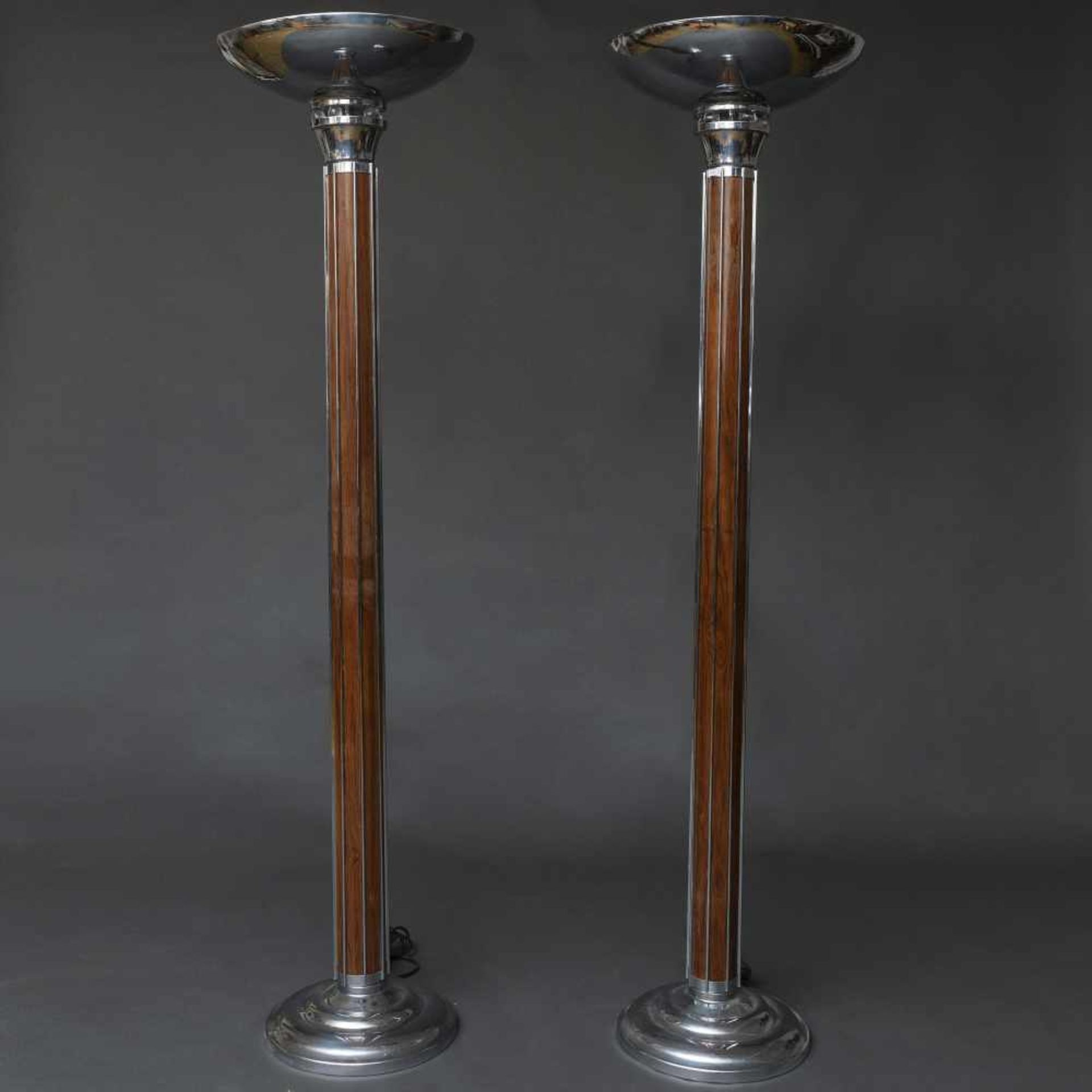 Los 19 - Pareja de lámparas de pie estilo Art Decó en madera y metal plateado.Presentan fuste acanalado...