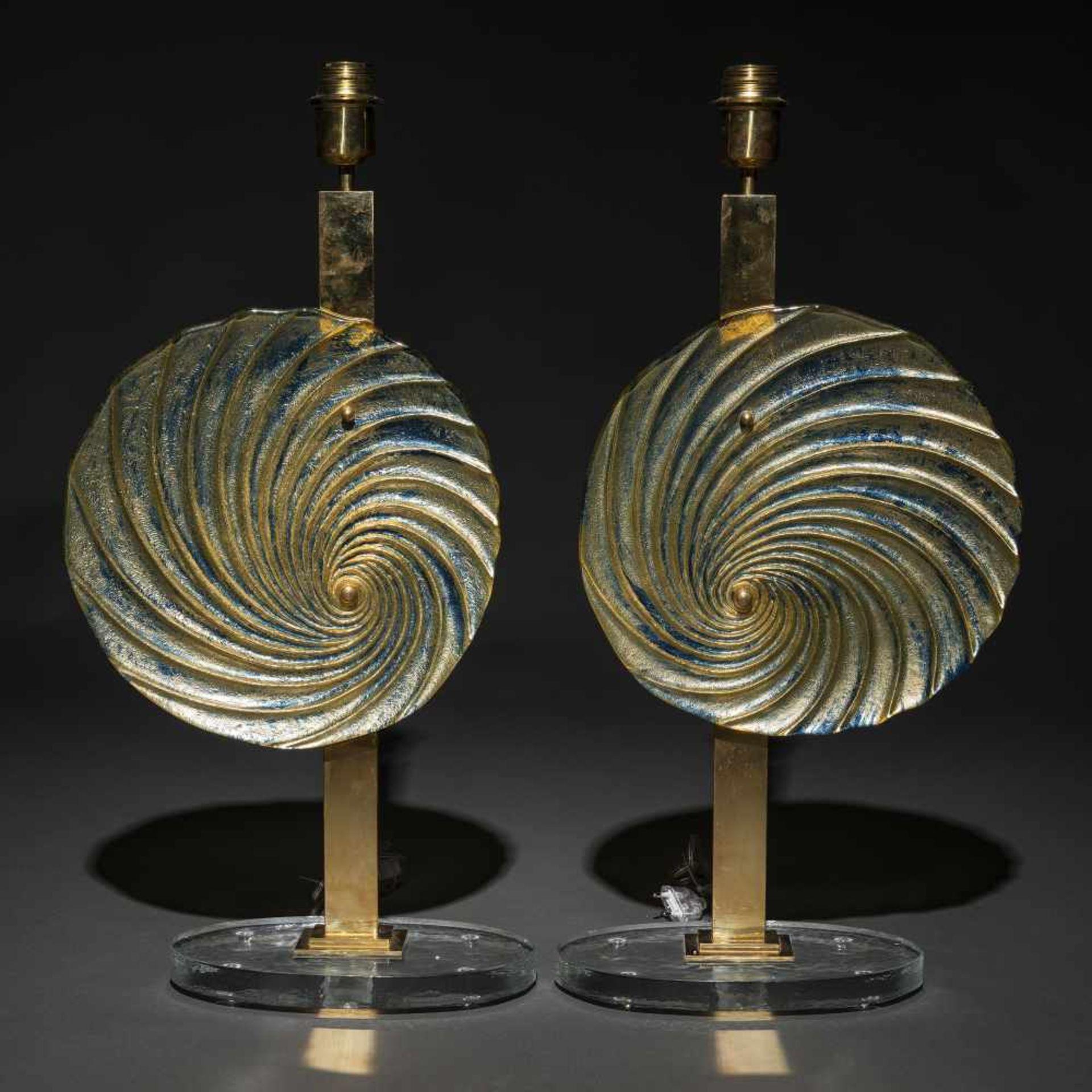 Los 21 - Pareja de lámparas de sobremesa en cristal de murano y metal dorado de los años 70.Presenta base...