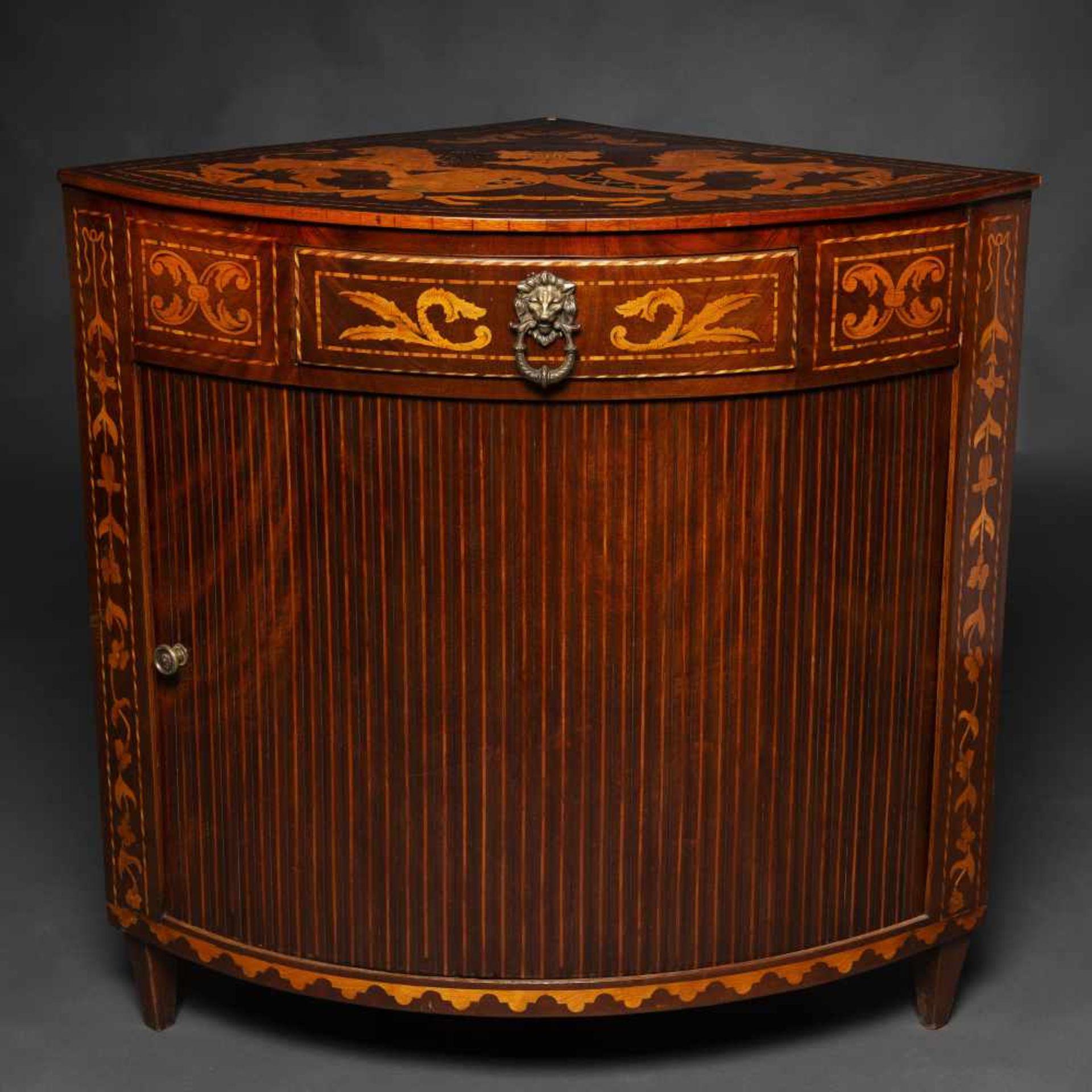 Los 10 - Mueble rinconera de persiana Neoclásico, cilíndrico de marquetería de madera de caoba. Siglo...