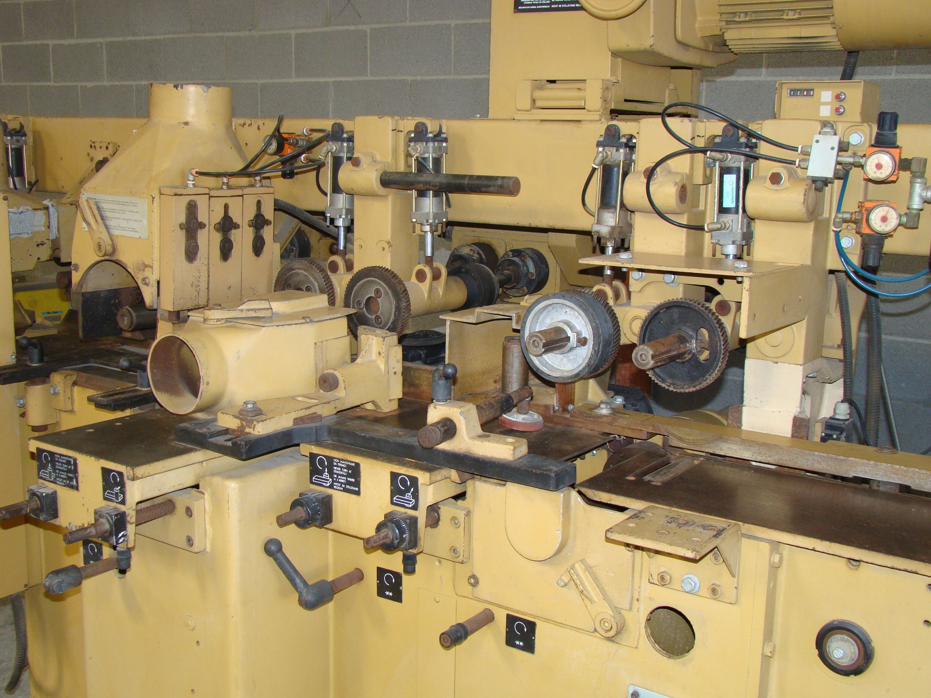 "SCMi 9"" Wood Moulder, Model: P230 5 Head 6.6HP 220/440 Volts 3Phase - Image 2 of 14"