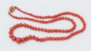 COLLANA IN ORO E CORALLI ad una fila di barilotti digradanti di corallo rosso-arancio, diametri