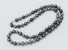 COLLANA IN PERLE NERE DI TAHITI. Lunga collana ad un filo di perle nere sferiche di Tahiti, dia