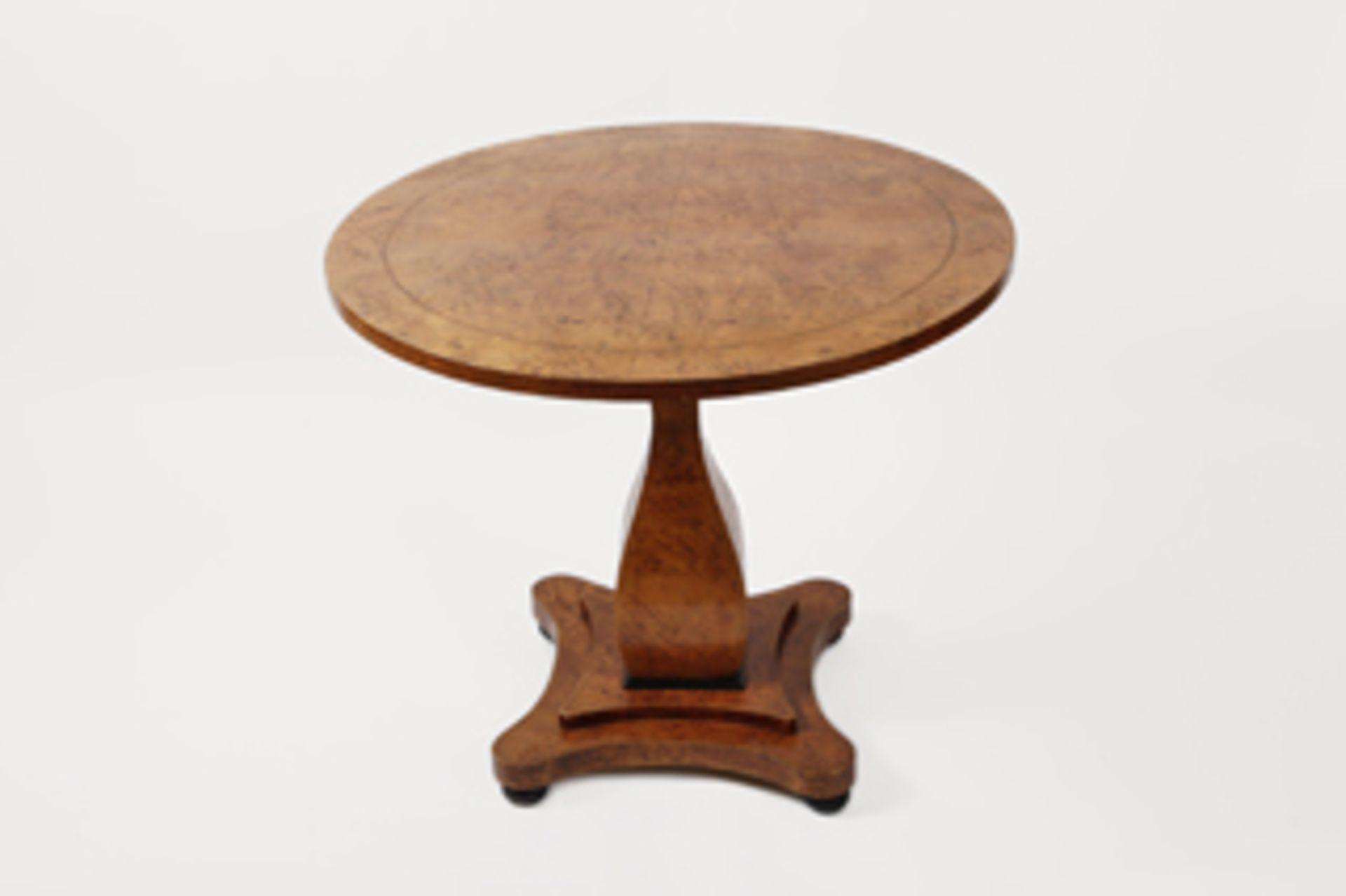 Runder Tisch im Biedermeierstil