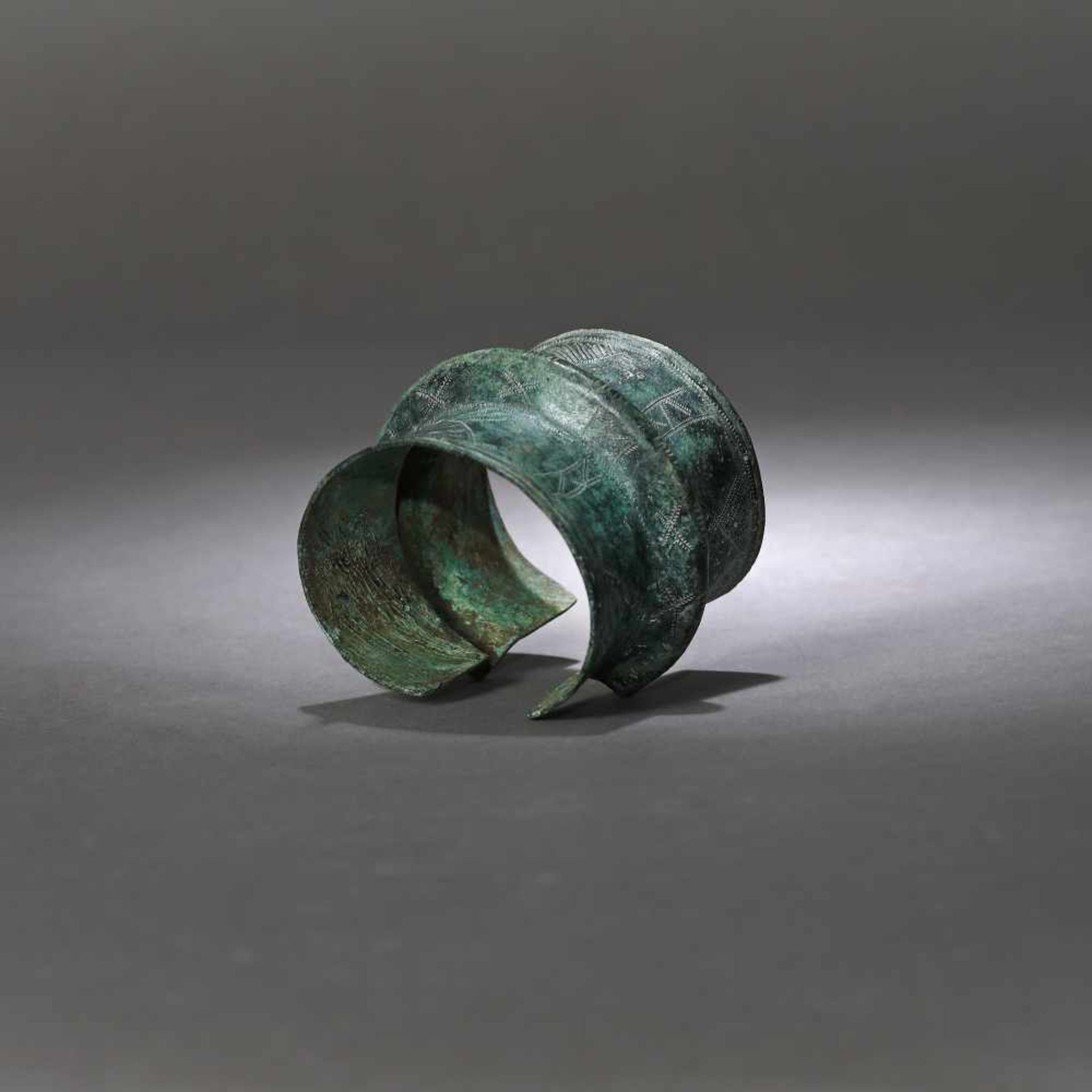 Two bronze bracelets, engraved with geometric motifs, North-eastern Europe, possibly Poland, 8th-10t - Bild 3 aus 4