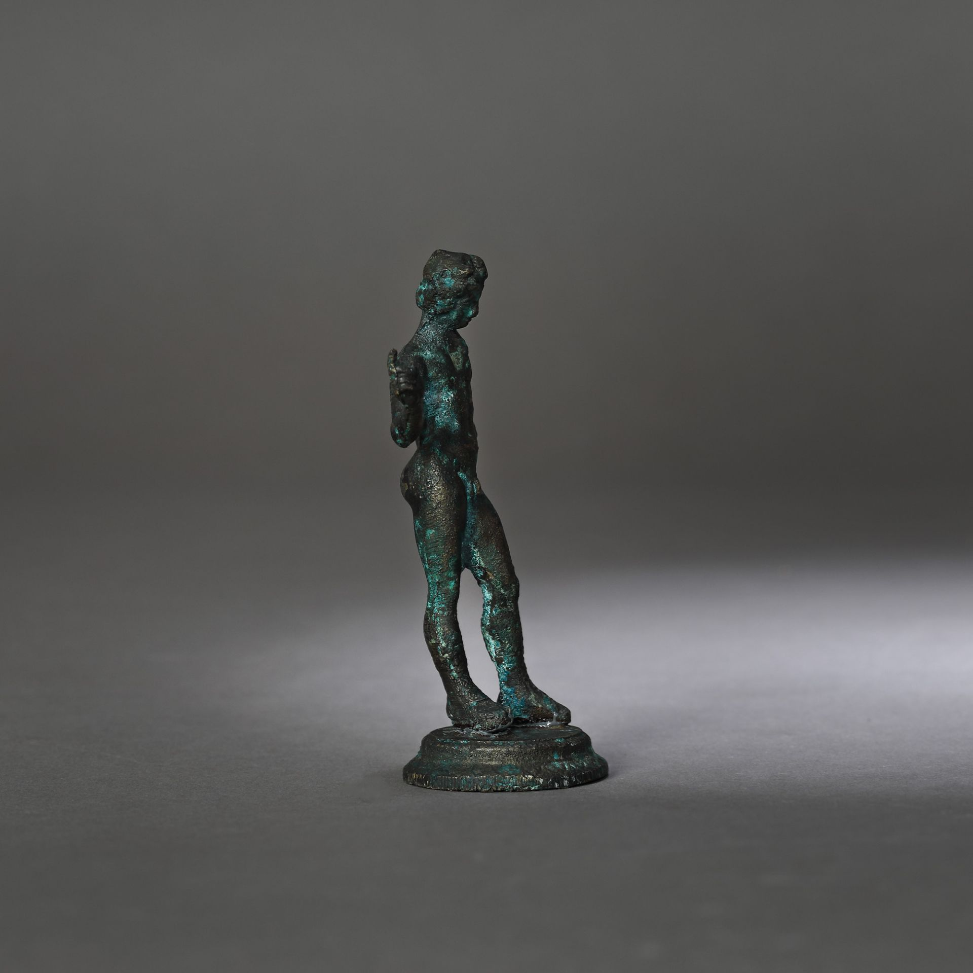 Bronze statuette depicting an ephebe, 2nd-1st century B.C. - Bild 2 aus 3