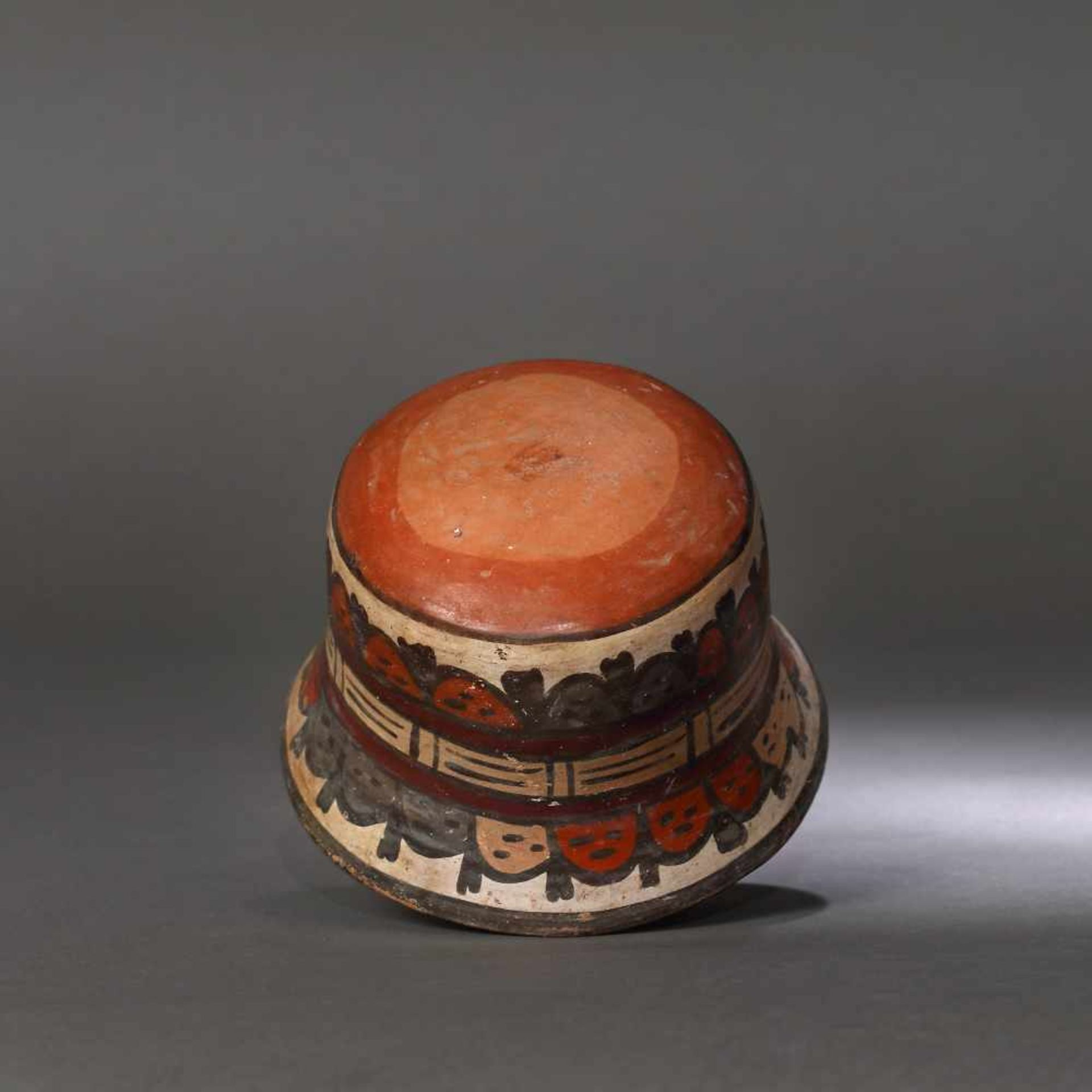 Painted ceramic vessel, decorated with beheaded heads, Nazca culture, Peru, approx. 1,350 years old, - Bild 3 aus 5