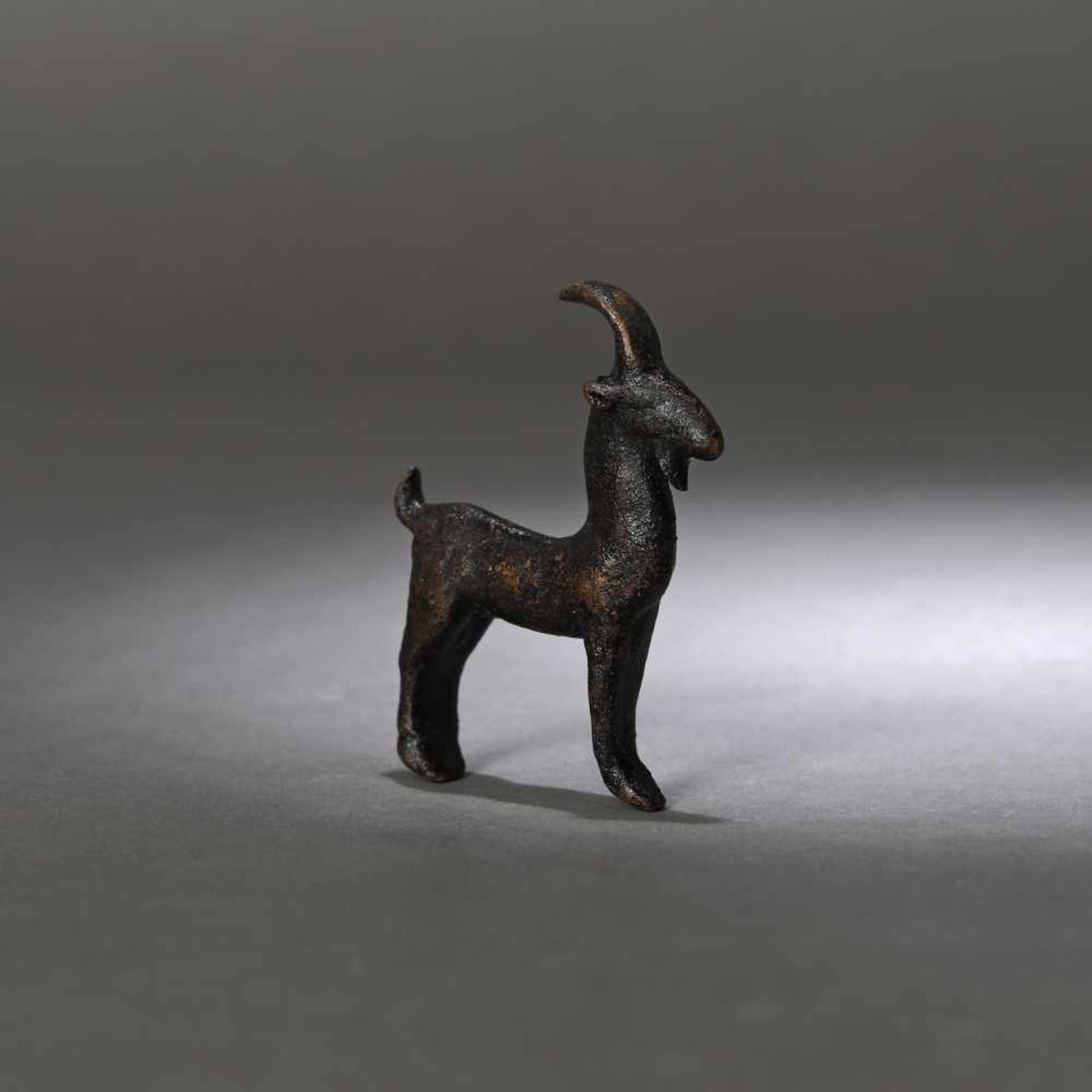 Bronze statuette (amulet) representing a goat, Luristan, Persia, 6th century B.C. - Bild 2 aus 2