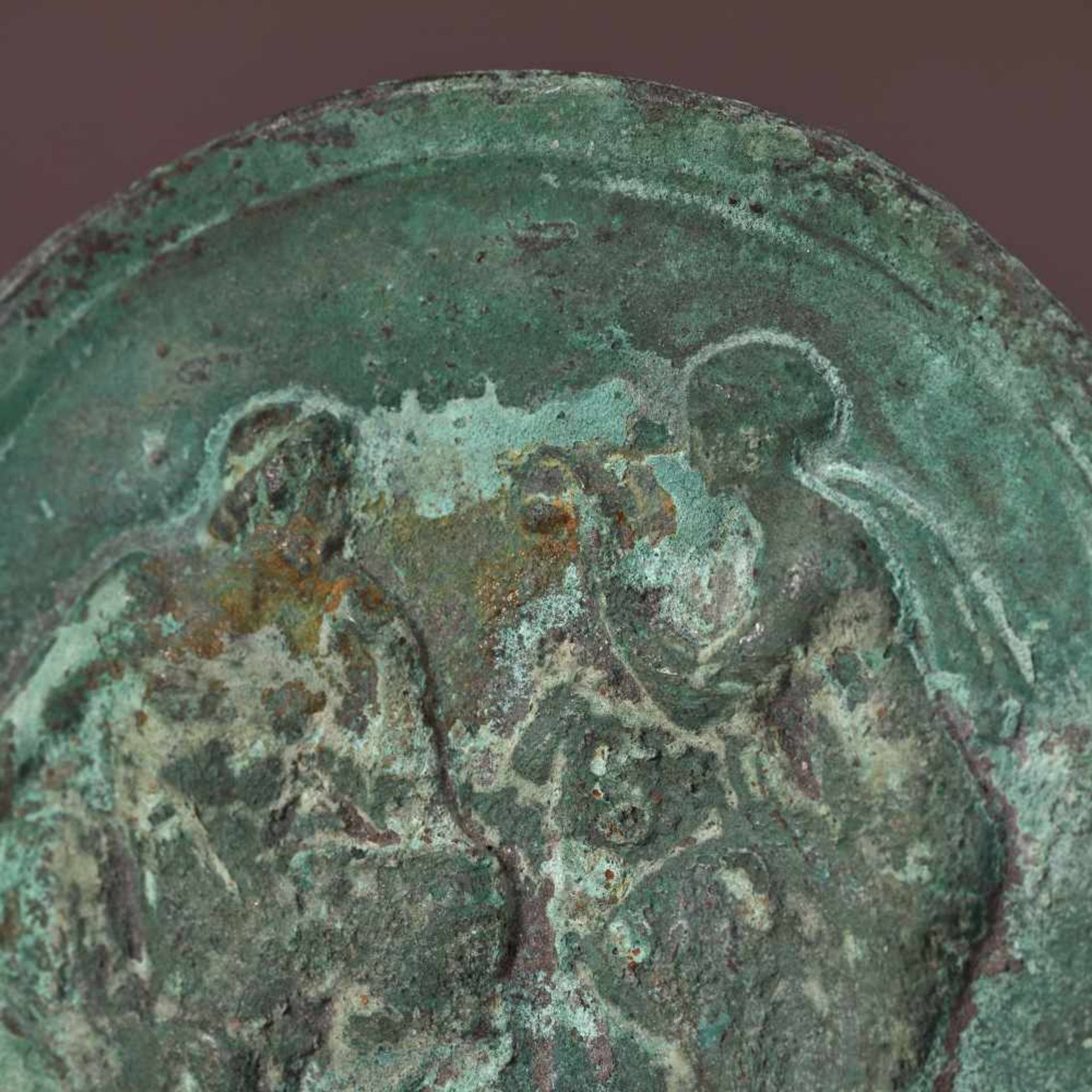 Bronze relief depicting Hephaestus and Aphrodite, the goddess of beauty, 4th-1st century B.C. - Bild 2 aus 2