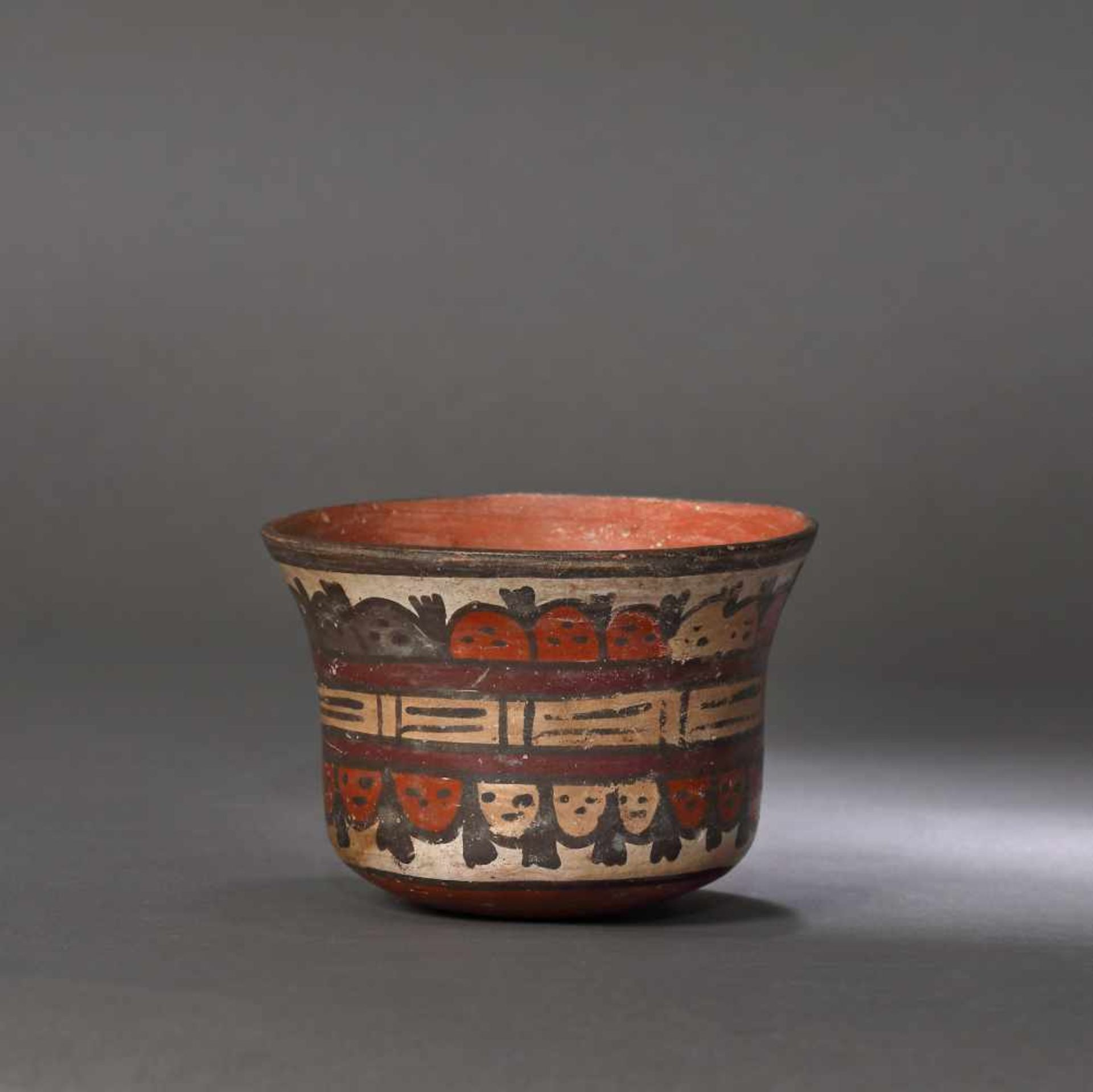 Painted ceramic vessel, decorated with beheaded heads, Nazca culture, Peru, approx. 1,350 years old, - Bild 2 aus 5