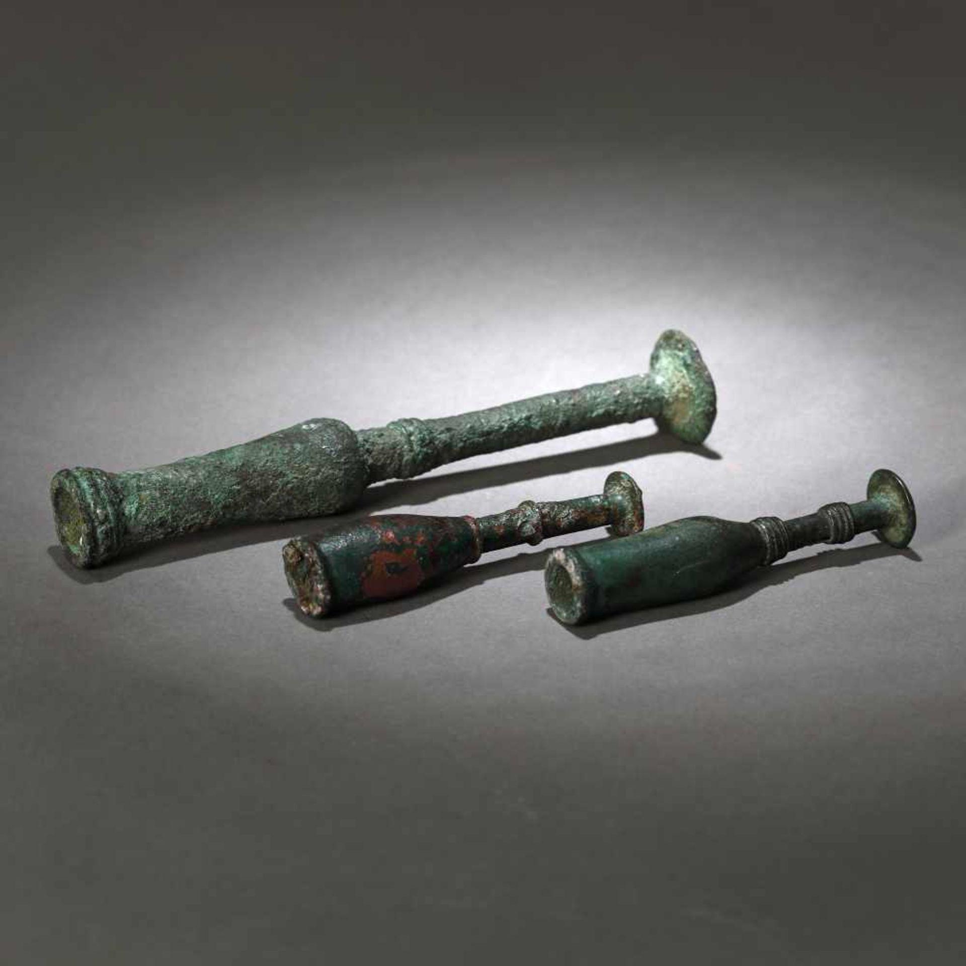 Three bronze candlesticks, possibly Luristan, Persia, the first part of the first millennium B.C. - Bild 2 aus 2