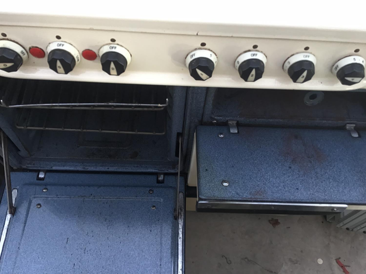 Lot 36 - A RETRO ELECTRIC COOKER WITH FOUR RINGS AND VARIOUS OVENS/WARMING DRAWERS