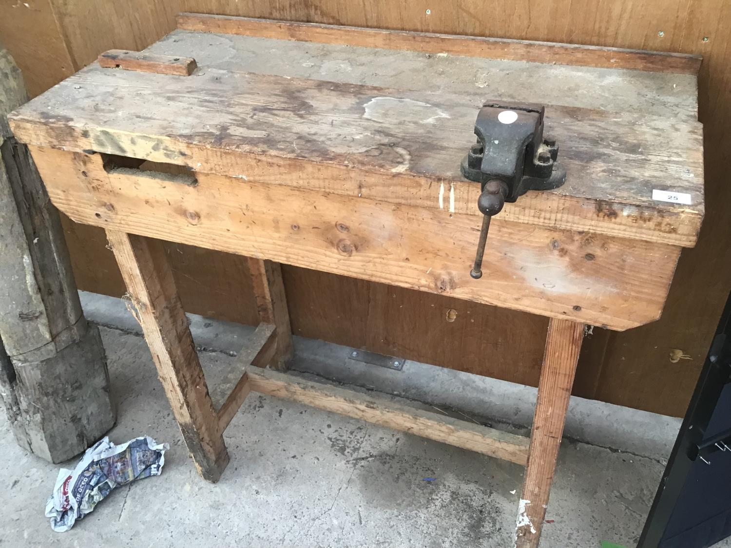 Lot 25 - A WOODEN WORK BENCH WITH SMALL VICE NO.0