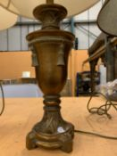 A PAIR OF GILT TABLE LAMPS TO INCLUDE CREAM SHADES