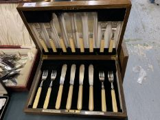 A GOLDSMITHS AND SILVERSMITHS CO LONDON SIXTEEN PIECE CANTEEN OF CUTLERY SET (FISH) IN A WOODEN CASE