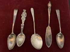 FOUR HALLMARKED SILVER TEASPOONS AND A HALLMARKED SILVER FISH KNIFE