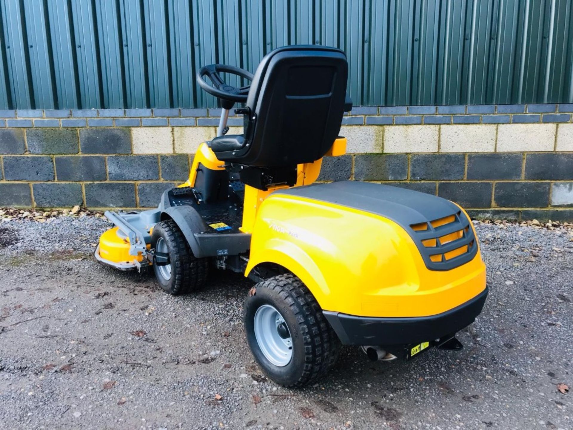 Lot 96 - STIGA 540L 4WD RIDE ON MOWER YEAR 2017. 1.25M COMBI DECK FITTED WHEN TESTED WAS SEEN TO RUN, DRIVE