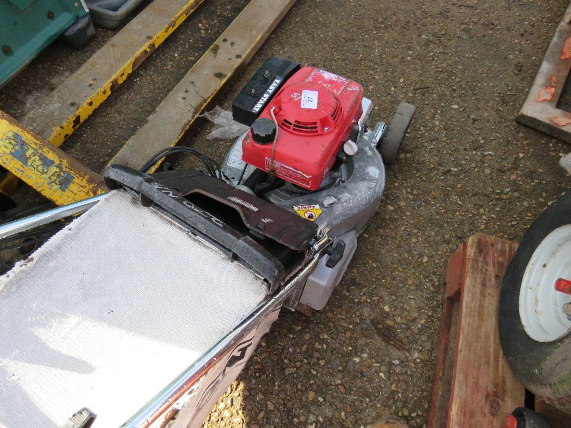 Lot 27 - Honda roller mower