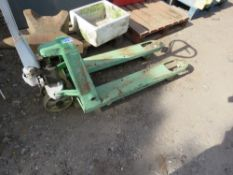 PALLET TRUCK, WHEN TESTED WAS SEEN TO LIFT AND LOWER
