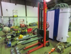 RECORD VVE1000 MANUAL MOVE BATTERY POWERED FORKLIFT UNIT, 400KG RATED. WHEN TESTED WAS SEEN TO LIFT