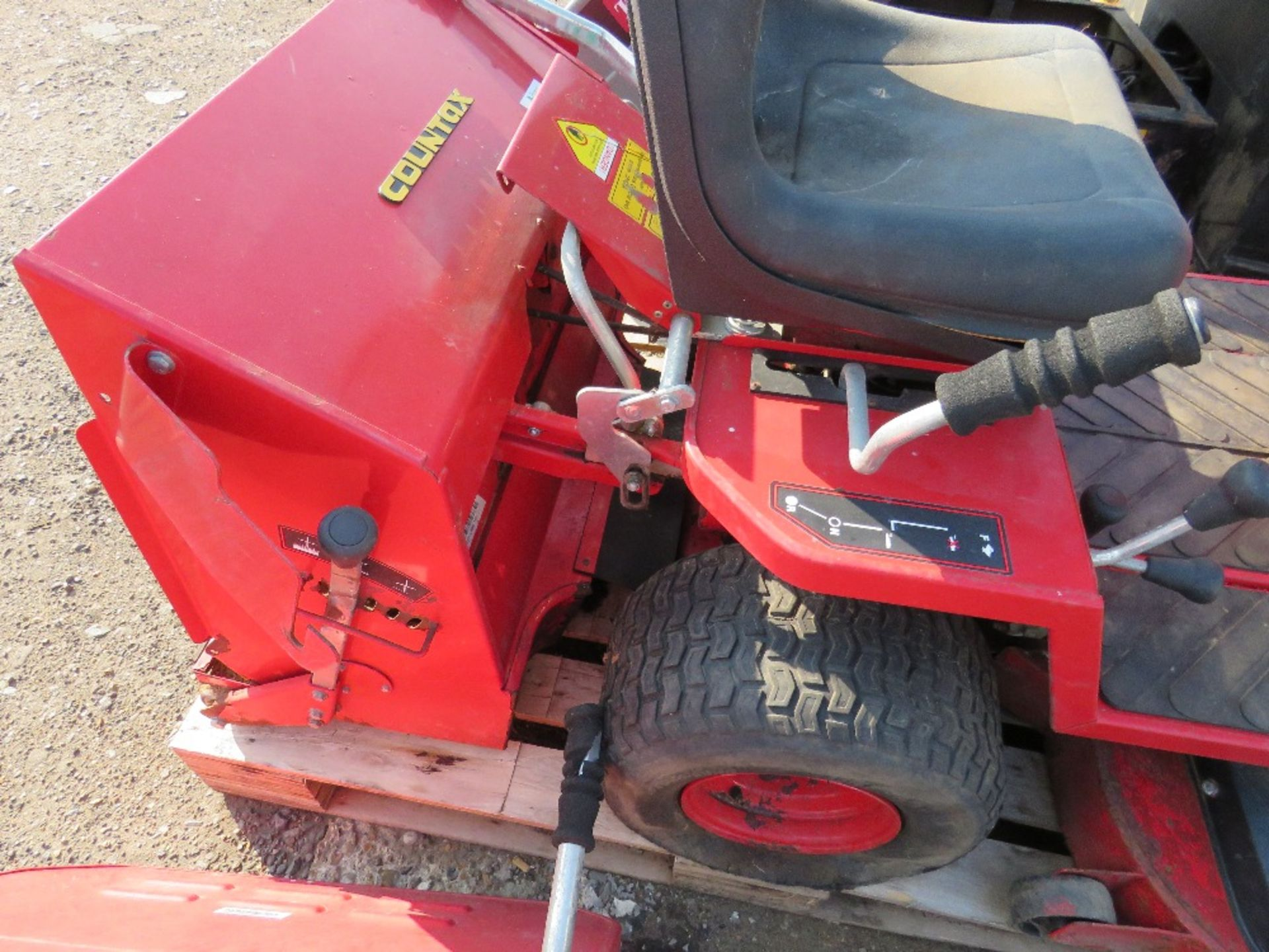 Lot 68 - COUNTAX C600H HYDROSTRATIC RIDE ON MOWER WITH COLLECTOR....UNTESTED, CONDITION UNKNOWN